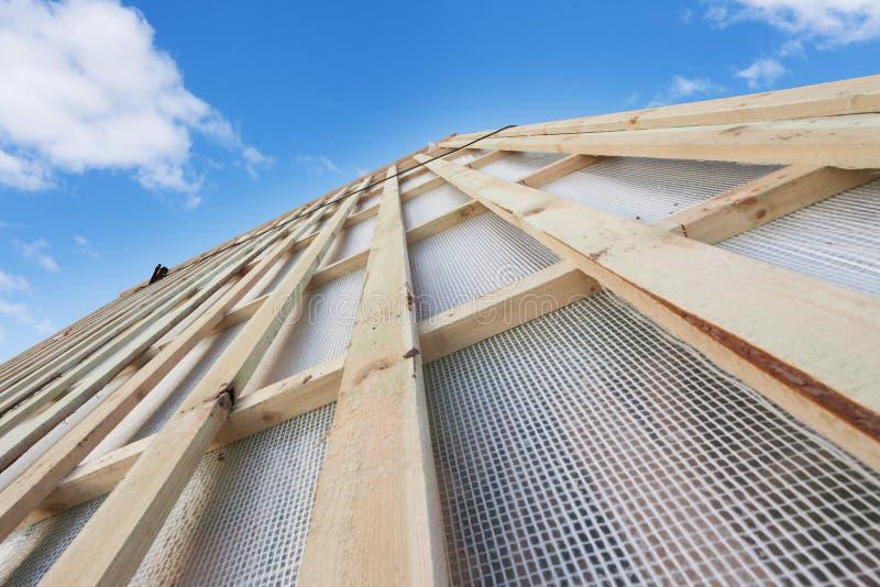 Au-dessus du concept de construction En dehors de la fin vers le haut de la photo de la nouvelle pièce du toit en bois sur la pet photos libres de droits