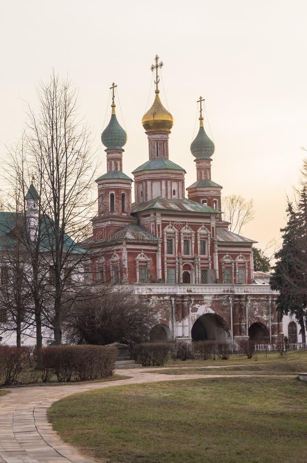 Au-dessus du - déclenchez l'église de l'intervention dans le couvent de Novodevichy, Moscou image libre de droits