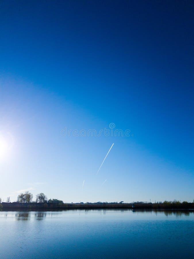 Au-dessus du lac images libres de droits