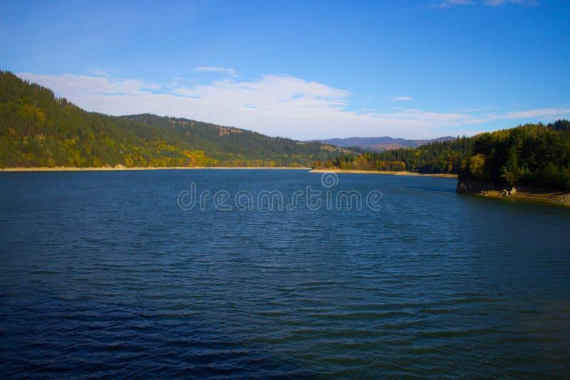 Au-dessus du lac saturé images stock