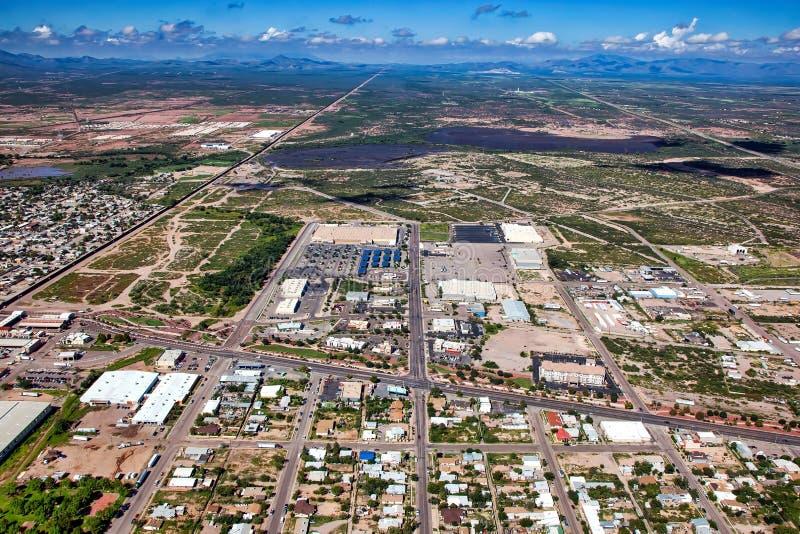 Au-dessus du mur de frontière chez Douglas, l'Arizona images libres de droits