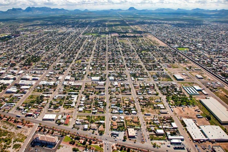 Au-dessus du mur de frontière chez Douglas, l'Arizona image stock