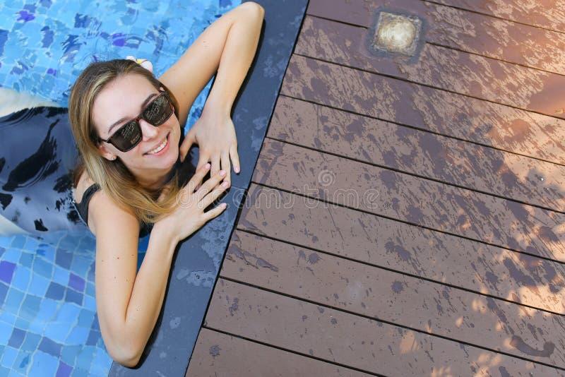 Au-dessus du portrait de la natation de femme à la piscine en Thaïlande photos libres de droits