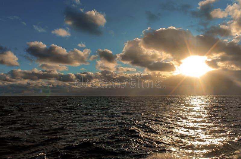 au-dessus du soleil de mer images stock