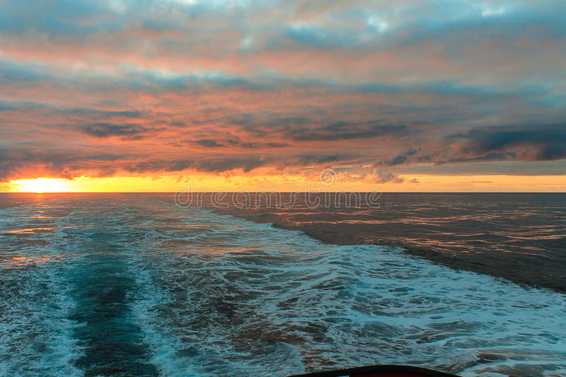 au-dessus du soleil de mer images libres de droits