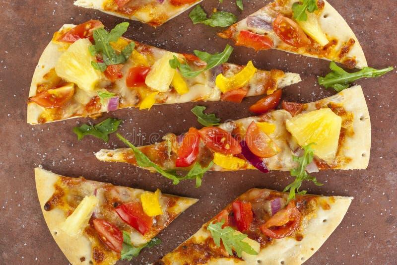 Au-dessus du tir d'une pierre cuite au four a coupé en tranches la pizza photographie stock