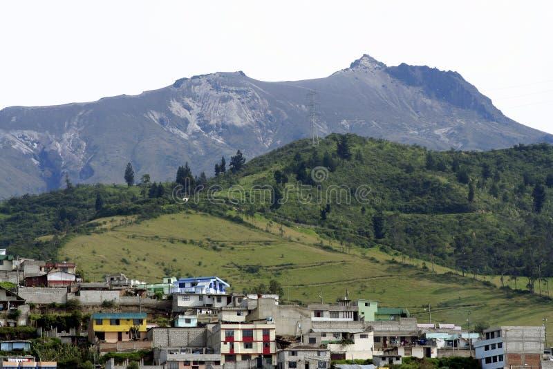 au-dessus du volcan actif de l'Equateur Quito photos libres de droits