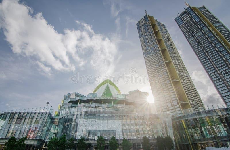 Au?enansicht der IKONE Siam an der Flussseite IKONE SIAM ist das neue Einkaufszentrum und der Markstein von Bangkok am Sonnenlich stockbild