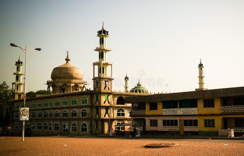 Au?enansicht zu Moschee AFA Ajura, gef?llte Maismehltasche, Ghana lizenzfreies stockfoto