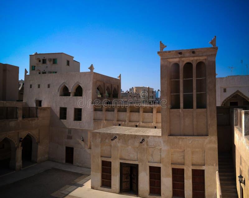 Au?enansicht zu Sheikh Isa Bin Ali Al Khalifa-Haus und zur Moschee, Manama, Bahrain lizenzfreie stockfotografie