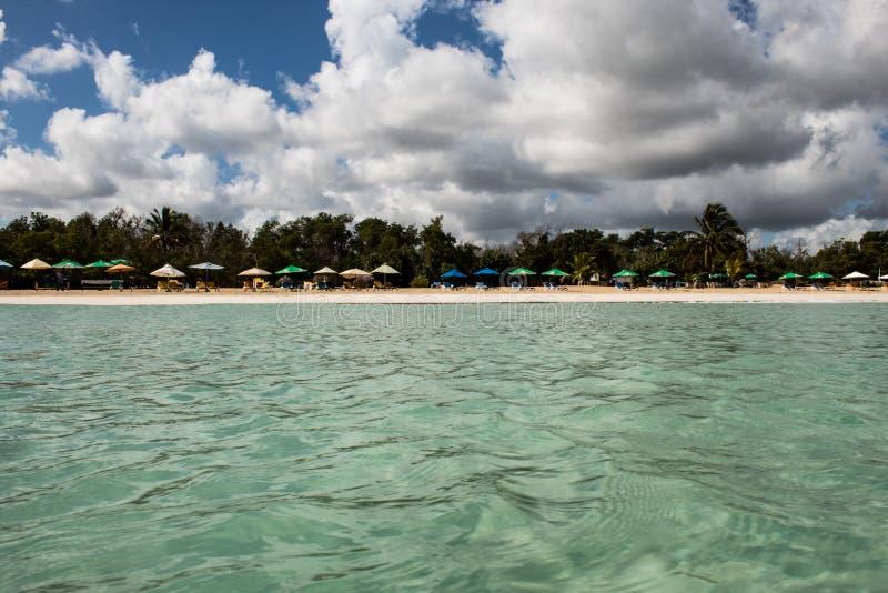 Au milieu d'une mer des Cara?bes de stup?fier, verte et de turquoise ; l'eau transparente, paradis tropical Playa Macaro, Punta C photographie stock