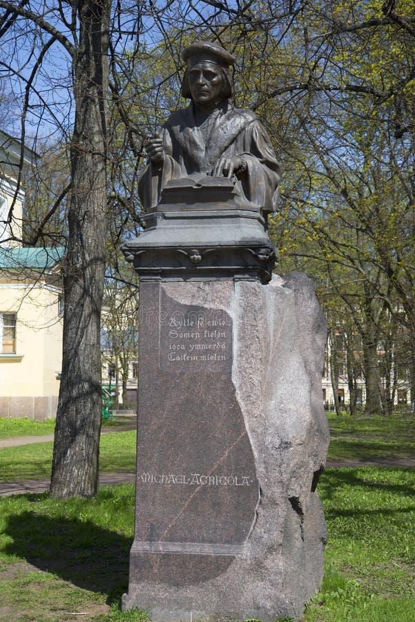 Au monument à Mikael Agricola Jour de Sunny May Vyborg photos stock