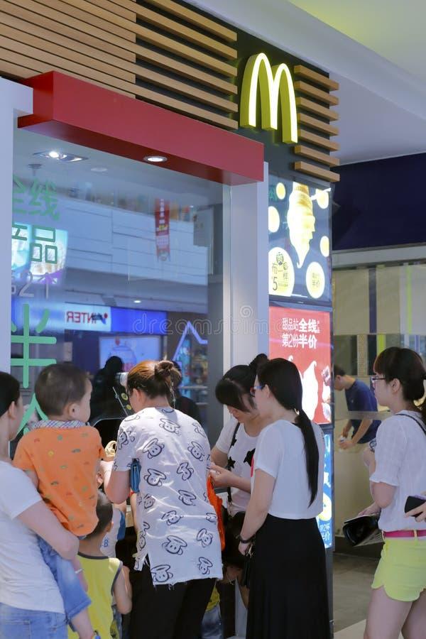 Au point de vente de mcdonald, boissons d'achat de personnes et crème glacée  images libres de droits