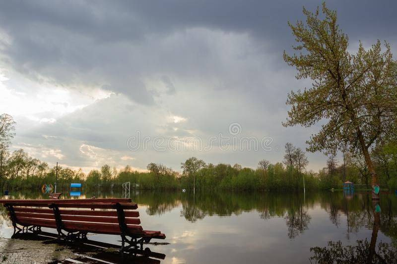 Au printemps parc inondé de ville de zone inondable photographie stock libre de droits