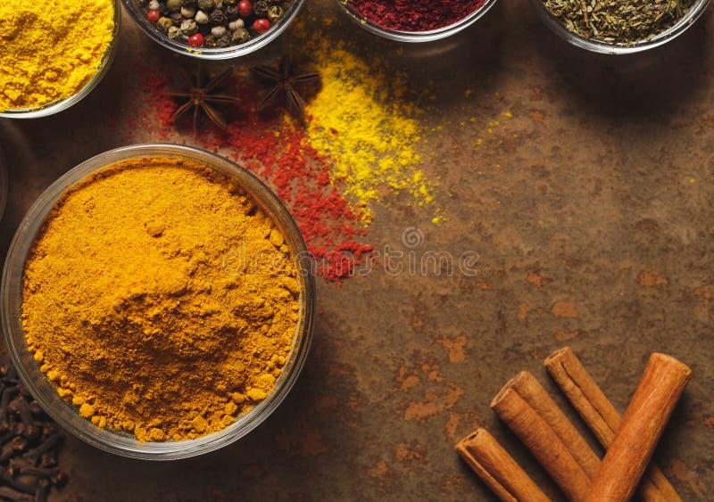 Au sol de safran des indes Place pour le texte Différents types d'épices dans une cuvette sur un fond en pierre La vue ? partir d images libres de droits