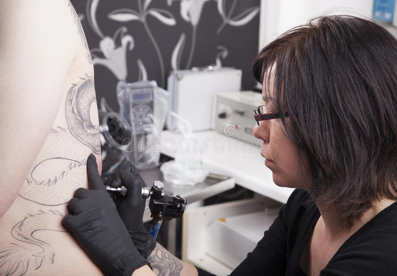 Au studio de tatouage photographie stock libre de droits