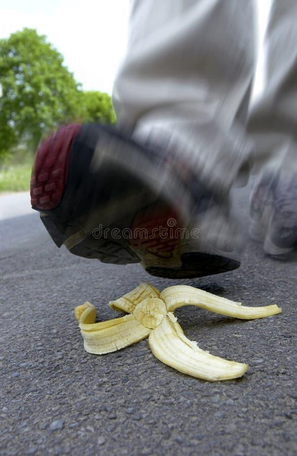 Au sujet de pour glisser sur une peau de banane photos stock