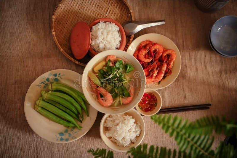 Au Vietnam, les repas de famille avec des beaucoup nourriture vietnamienne traditionnelle a été l'une des caractéristiques cultur photographie stock libre de droits