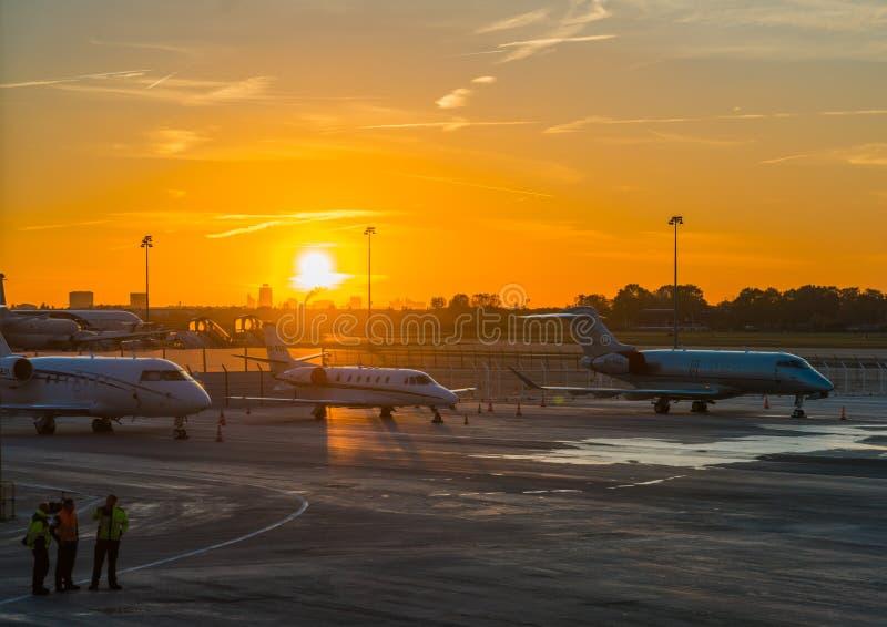 Aube à l'aéroport international image stock