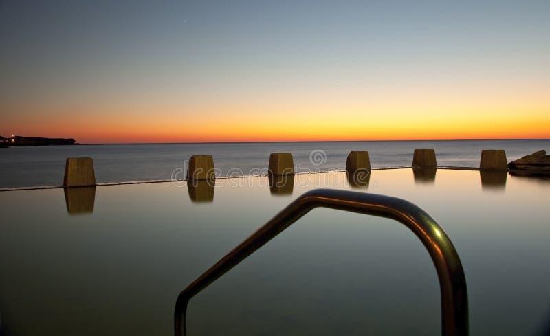 Aube à la piscine de marée de Coogee photos libres de droits