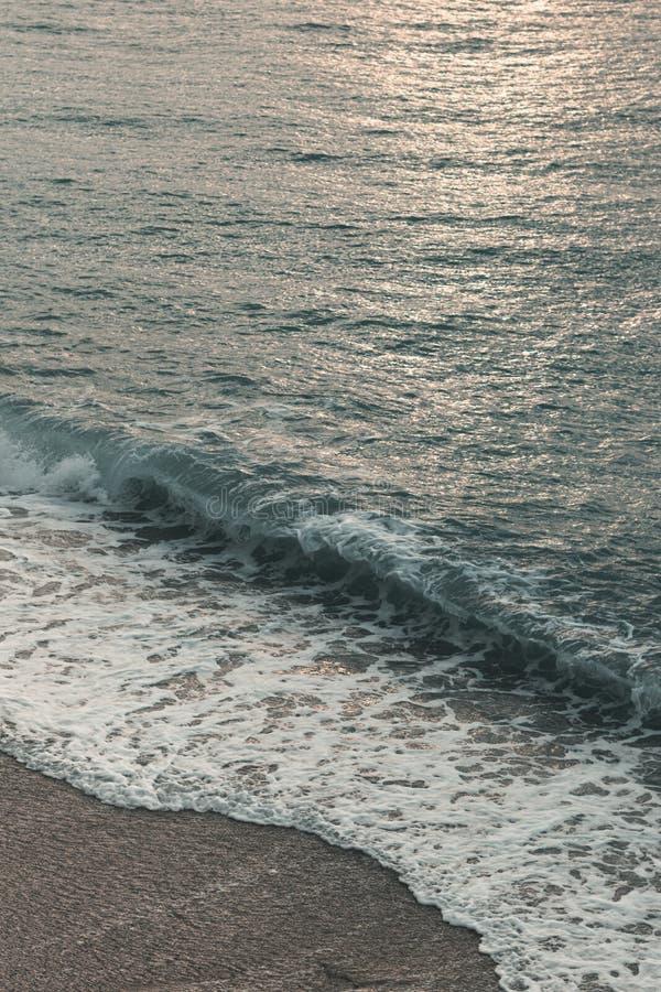 Aube épique et mer avec les vagues et la mousse photographie stock libre de droits