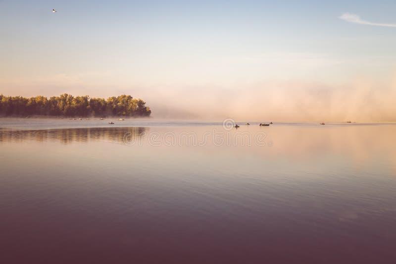 Aube au-dessus de la rivière Brouillard d'automne de matin images libres de droits