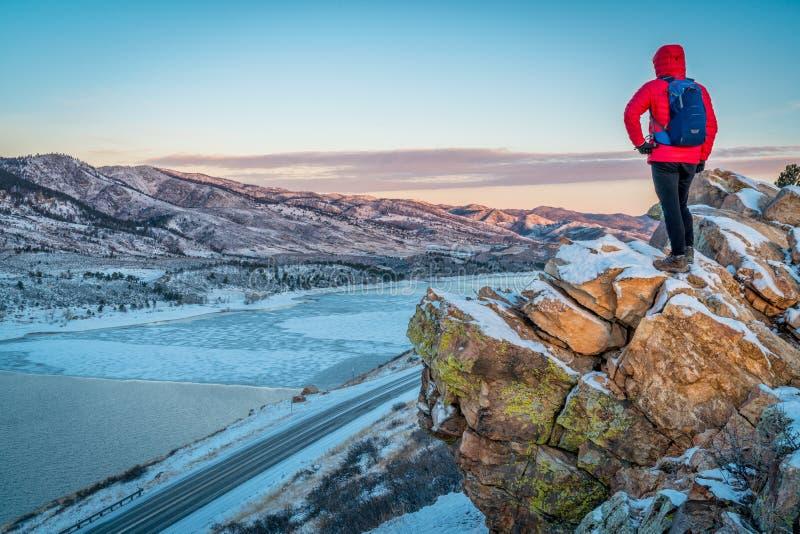 Aube au-dessus de lac congelé de montagne photographie stock libre de droits