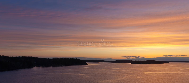 Aube au-dessus de mer baltique photographie stock