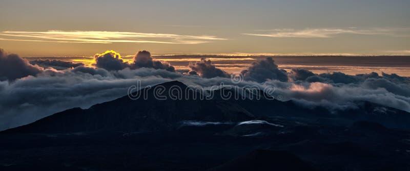 Aube au-dessus de volcan hawaïen photographie stock libre de droits