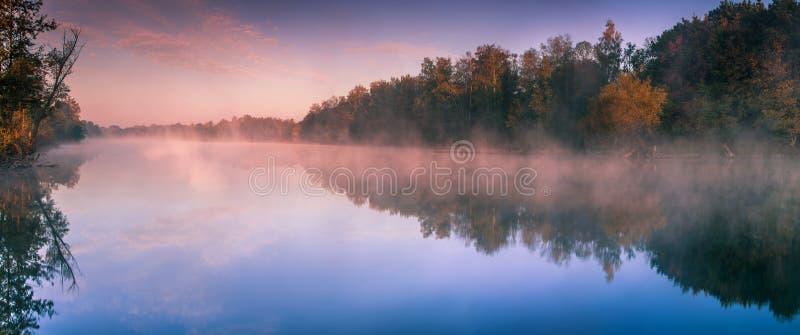 Aube au-dessus du lac photos libres de droits