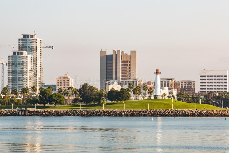 Aube au phare aquatique de parc de Shoreline et de port d'arc-en-ciel dans Long Beach photographie stock libre de droits