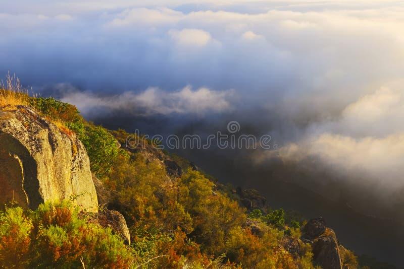 Aube brumeuse au-dessus des montagnes et de la rivière photos stock