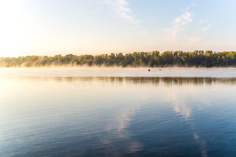 Aube brumeuse d'automne au-dessus de la rivière photo stock
