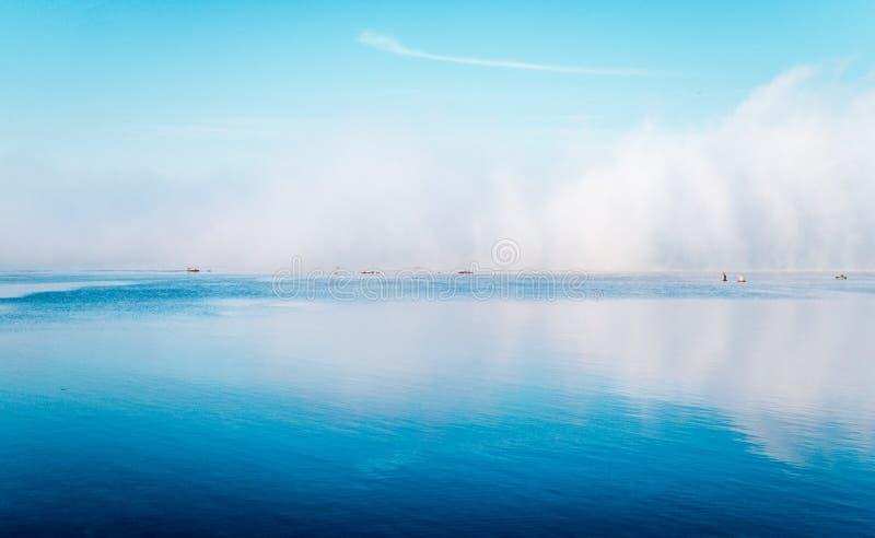 Aube brumeuse d'automne au-dessus de la rivière et de la pêche en eau douce photos libres de droits