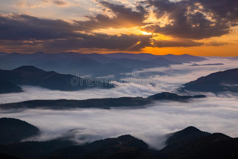 Aube brumeuse dans les montagnes Beau paysage photographie stock
