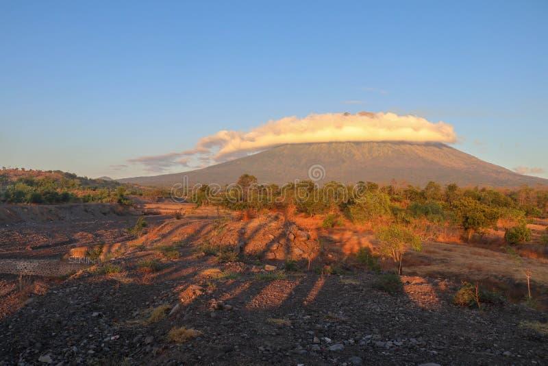 Aube dans le paradis tropical sur l'île de Bali en Indonésie avec le volcan actif à l'arrière-plan Les longues ombres ont créé pa photographie stock
