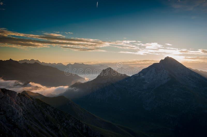 Aube dans les montagnes avec le brouillard o photographie stock