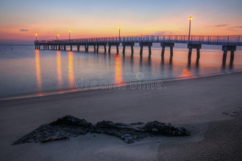 Aube de pilier de pêche de plage de régfion boisée photos stock