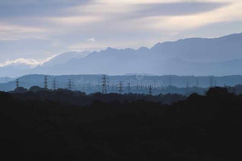 Aube de Sanfeng - embrumez la montagne avec la tour électrique à l'aube, tir dans la banlieue noire de Baoshan, Hsinchu, Taïwan image libre de droits
