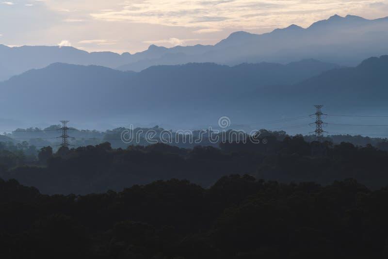 Aube de Sanfeng - embrumez la montagne avec la tour électrique à l'aube, tir dans la banlieue noire de Baoshan, Hsinchu, Taïwan photographie stock