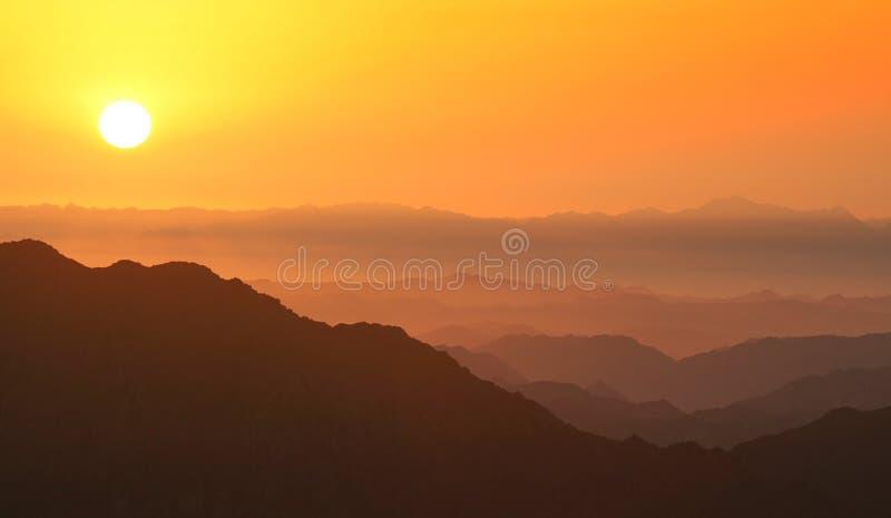 Aube en montagnes images stock