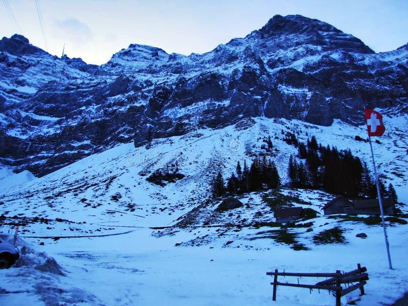 Aube et crépuscule sous le dessus de Santis et du massif Alpstein de montagne photographie stock libre de droits