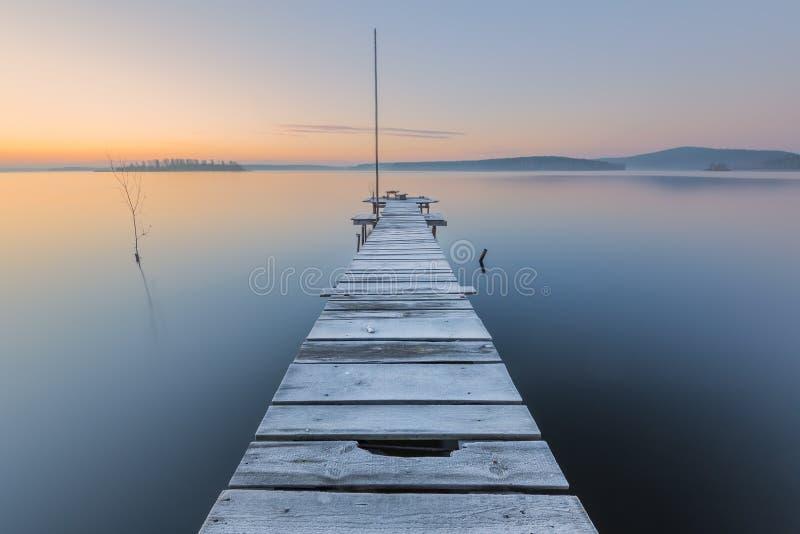 Aube givrée sur le lac photo libre de droits