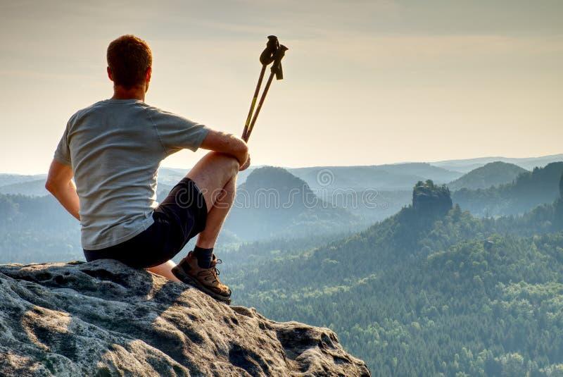 Aube merveilleuse en montagnes photo stock