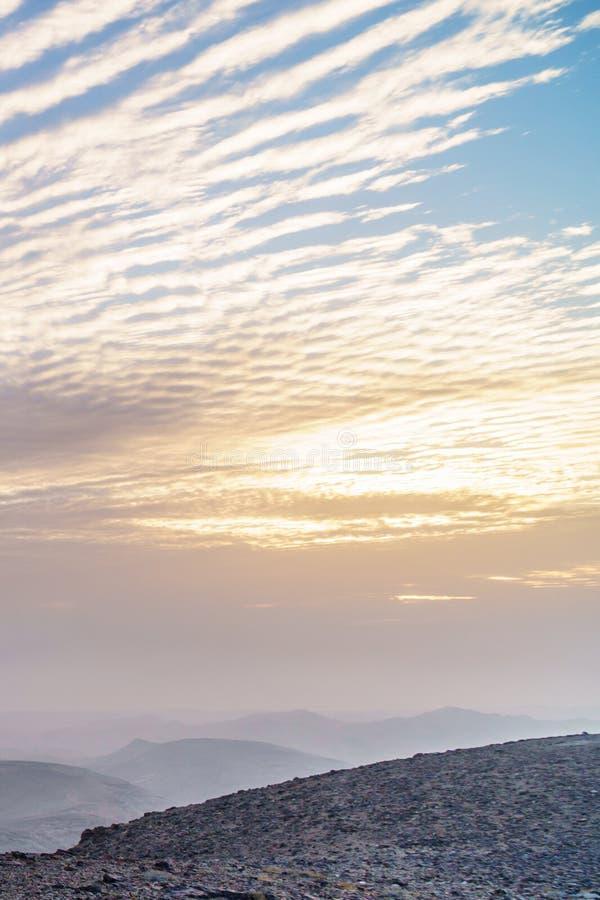 Aube orange de lever de soleil de matin magique vertical de photo au-dessus de désert judean de la Terre Sainte en Israël image stock
