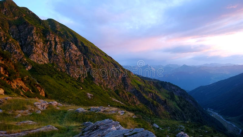 Aube parmi les montagnes, Italie photos stock
