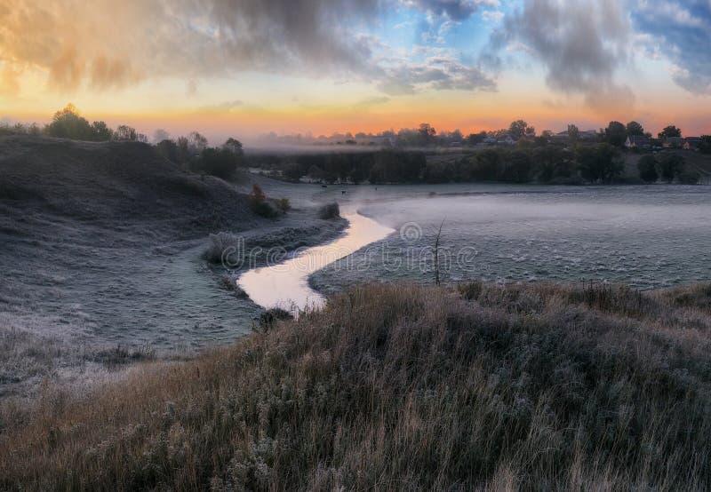Aube pittoresque d'automne beaux nuages au-dessus de la rivière pittoresque image libre de droits