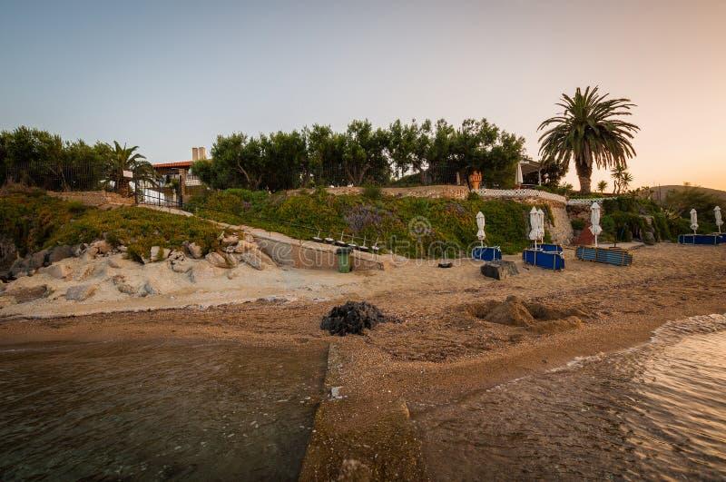 Aube sur la plage dans le village Paralia Gerakinis sur la péninsule Sithonia image stock