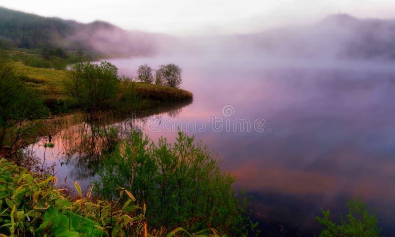 Aube sur un lac de montagne images libres de droits