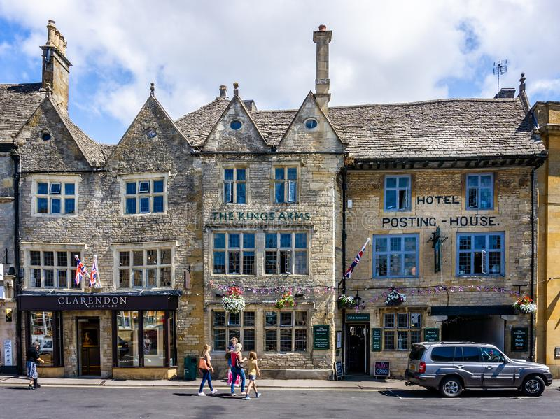 Auberge historique des Rois Arms dans la ville historique de cotswold de l'arrimage sur la haute plaine photo libre de droits